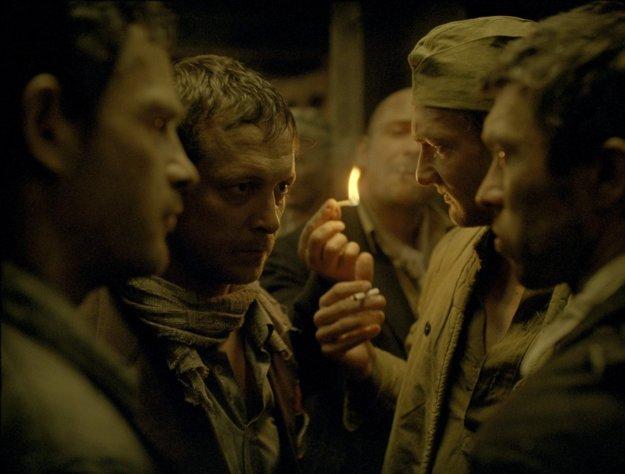 Saul je svedkom masových popráv v plynových komorách a ako robot bez emócií musí likvidovať mŕtvoly. Keď narazí na malého chlapca, spoznáva v ňom syna a rozhodne sa ho pochovať podľa pravidiel svojho náboženstva v prítomnosti rabína.