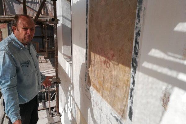 Reštaurátor Martin Kutný pri práci na lešení. (FOTO: MARIO HUDÁK)