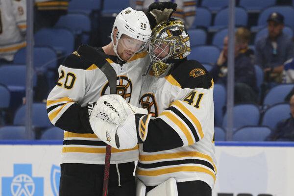 Slovenský brankár Jaroslav Halák v drese Bostonu Bruins.
