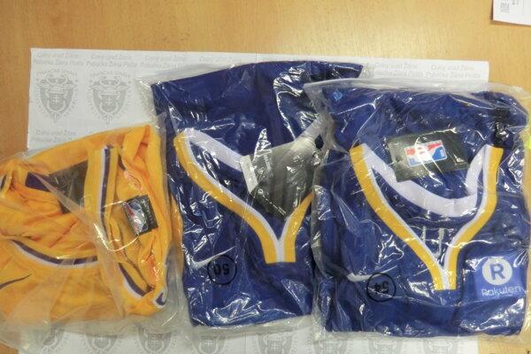 V balíkoch sa nachádzali aj napodobneniny športových dresov.