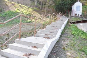 Nové schody na cintorín.