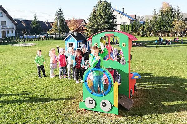 Deti majú na školskom dvore nové atrakcie.