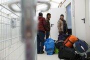 Voľný pohyb utečencov je minulosťou, títo čakajú na registráciu pred vstupom do Rakúska.
