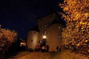 Nový zámok a jesenný večer.