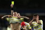 Slovák Martin Škrtel dostáva žltú kartu v zápase Anderlecht Brusel - Fenerbahce Istanbul.