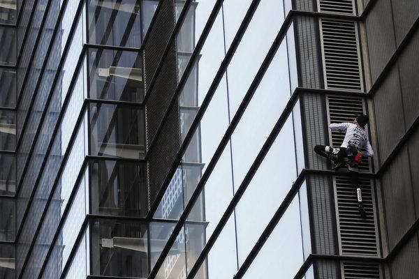 Alain Robert zdoláva Heron Tower v Londýne.