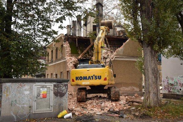 Dôvodom búrania je zlý technický stav a narušená statika budovy.