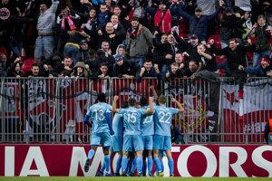 Hráči Slavie Praha oslavujú triumf v Kodanie.