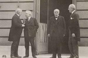 Veľká štvorka na mierovej konferencii v Paríži, zľava britský premiér David Lloyd George, taliansky Vittorio Emanuele Orlando, francúzsky Georges Benjamin Clemenceau a prezident USA Thomas Woodrow Wilson.