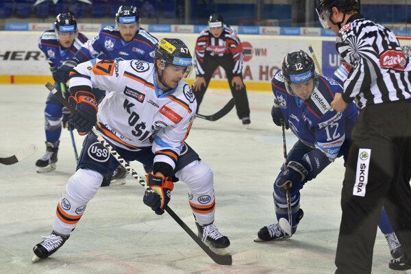 Evan Brophey (vľavo) z HC Košice a Dávid Bondra z HK Poprad počas 16. kola hokejovej Tipsport ligy medzi HK Poprad – HC Košice.