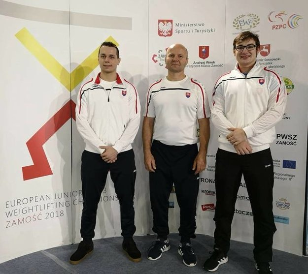 Zľava: Matej Poštek, tréner Miroslav Škrobian a Samuel Paulus.