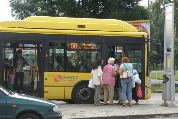 Cestujúci mestskú dopravu v Prievidzi z roka na rok využívajú menej.