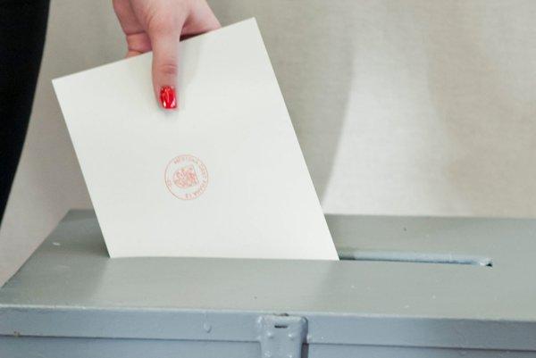 Niektorí hlasovanie neabsolvujú vo volebnej miestnosti, ale poštou.