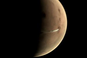 1500 kilometrov dlhý oblak nad sopkou Arsia Mons.