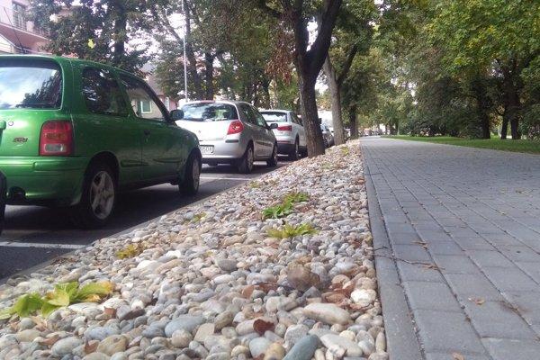 Sklon terénu spôsobuje diskomfort pri vystupovaní z auta.