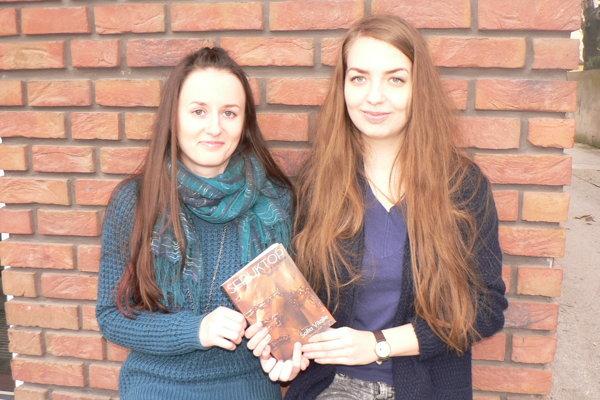 Autorky Renáta Kosmályová (vľavo) aVeronika Kmeťová so svojou novinku Seduktor – Hra zradcov.