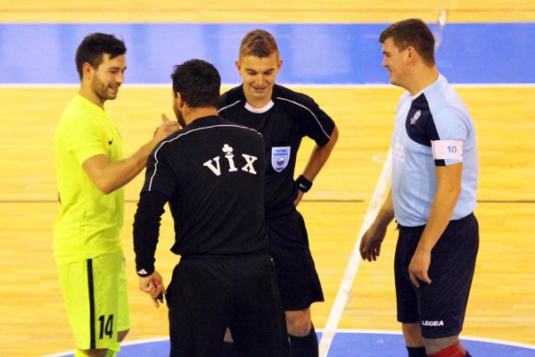 Futsalisti sa tešia: nová sezóna bude! Vpravo Peter Peciar, hrajúci predseda MFsK Nitra.