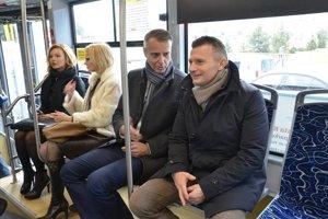 Raši ešte ako primátor s bývalým ministrom dopravy Počiatkom a viceprimátorkou Lenártovou (druhá zľava) počas kontrolnej jazdy v košickej električke vo februári 2016.