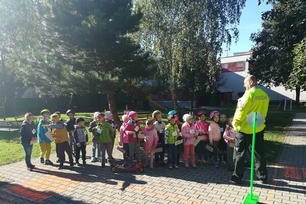 Policajti deti učili o pravidlách cestnej premávky.