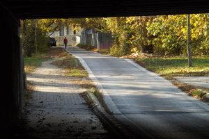 Cesta vedie popri stavenisku.