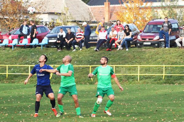 Dyčka v sobotu vyhrala aj bez gólu Adriána Grebáča (vľavo v modrom).