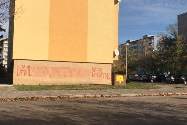 Na viacerých fasádach v Piešťanoch pribudol do rána ten istý text.