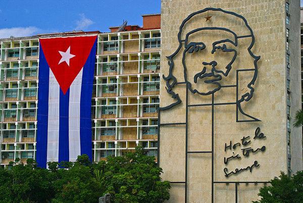 Havanské ministerstvo vnútra s charakteristickou tvárou revolucionára Che Guevaru.