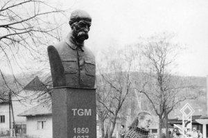 Dňa 7. marca 1990 bola busta postavená a odhalená.