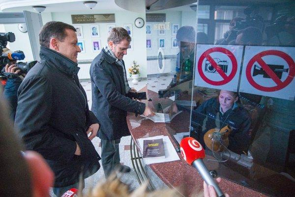 Matovičov právny zástupca Daniel Lipšic a líder OĽaNO prichádzajú na výsluch.