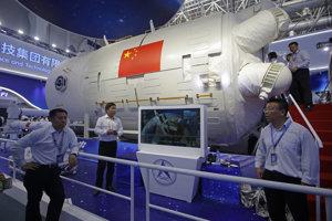 Model čínskeho modulu vesmírnej stanice na 12. medzinárodnej leteckej a vesmírnej výstave Airshow v čínskom meste Ču-chaj.