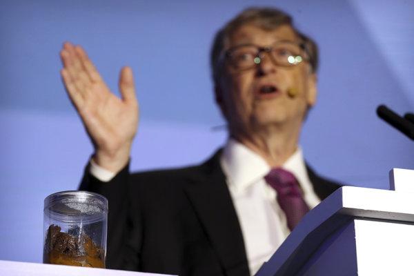 Americký miliardár a filantrop Bill Gates hovorí vedľa nádoby s ľudskými výkalmi na fóre o budúcnosti toaliet Reinvented Toilet Expo 6. novembra 2018 v Pekingu.