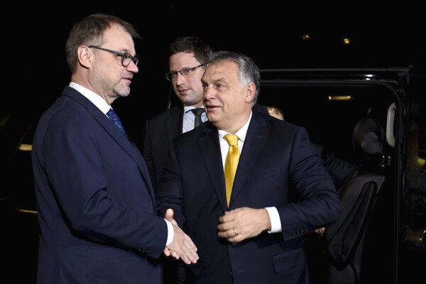 Viktor Orbán (vpravo) sa v Helsinkách zvítava s fínskym premiérom Juhom Sipiläm.