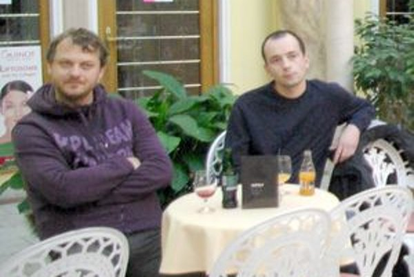 Cenu pre Jozefa Bajzu prevzali  Marek Huťa (vľavo) a Daniel Boháčik.