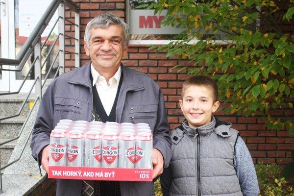 Po kartón piva Corgoň si prišiel víťaz 13. kola Milan Búcora z Nových Sadov, prišiel aj s vnukom Máriom.