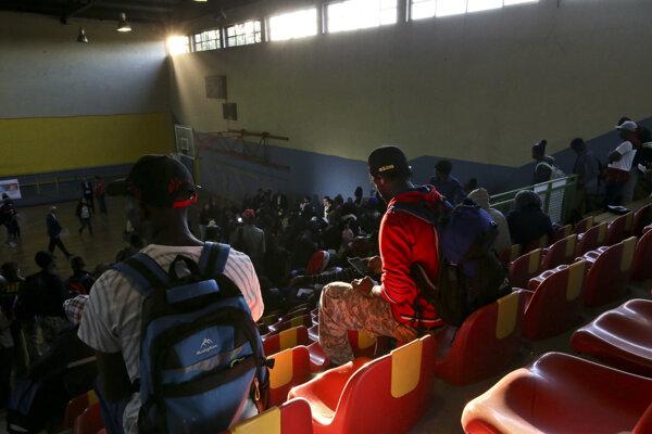 Utečencov z Haiti pred deportáciou zhromaždili v telocvični.