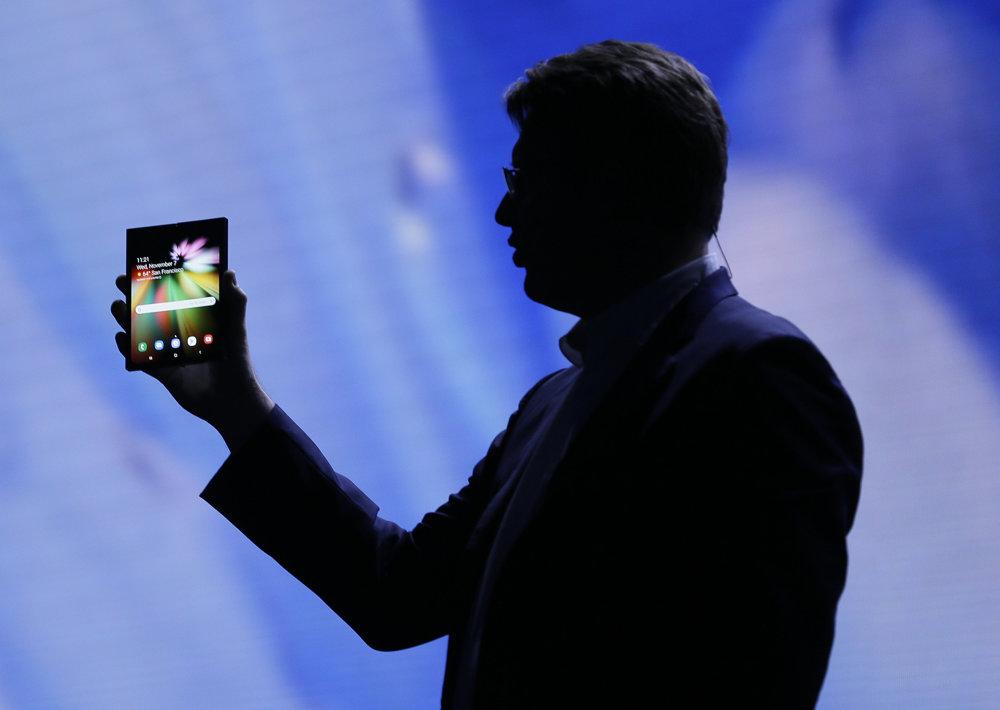 9e794a33276b Jusin Denison drží koncept ohybného telefónu s displejom Infinity flex.