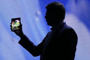 Jusin Denison drží koncept ohybného telefónu s displejom Infinity flex.