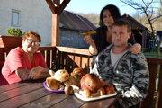 Manželia Janetta a Ladislav Butalovci sú zanietení hubári. Ich vášeň zdieľa aj mama pani Janetty Anna Stanková.