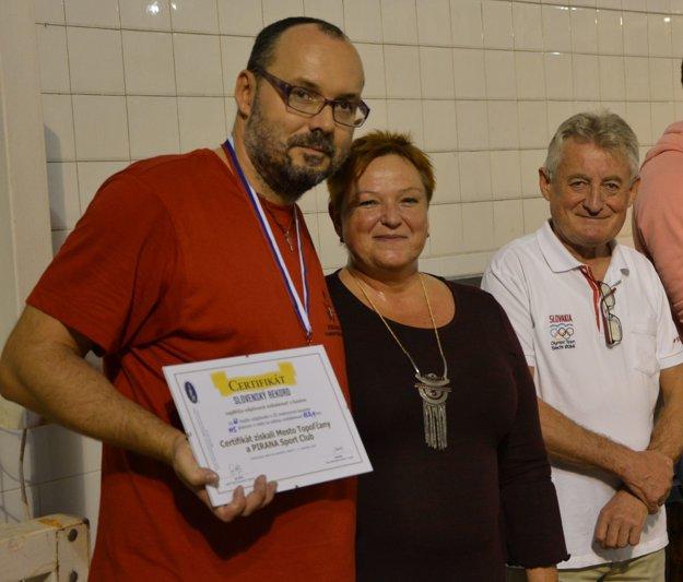 Hlavný organizátor Jozef Kakula (vľavo) mal po skončení 48-hodinovom maratóne obrovskú radosť.