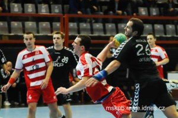Firit (v páde) dal v Bratislave jeden gól. Vľavo Cifra.