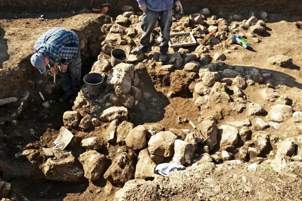 Archeológovia pri odkrývaní pozostatku budov v Jeruzaleme.