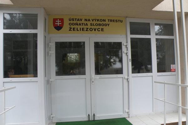 Pri vstupe do budovy zariadenia, kde je volebná miestnosť, musia voliči odovzdať telefóny.