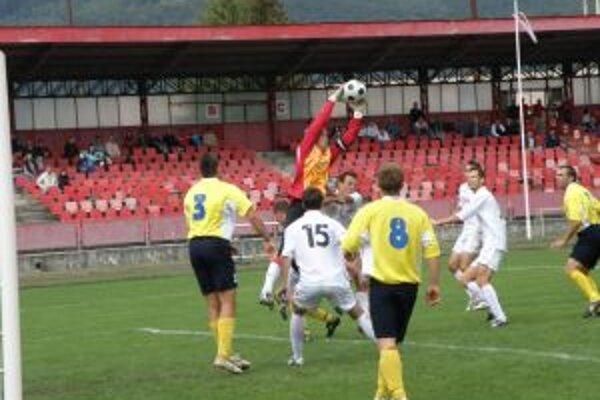 Lednické Rovne (v žltom)vlani ešte hrali 3. ligu.