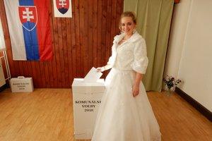 Nevesta vo volebnej miestnosti na obecnom úrade v Ľubeli.