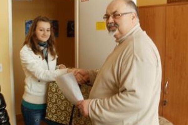 Riaditeľ krízového centra Jozef Hlavčo preberá dar od detí.