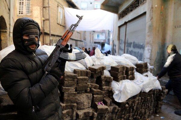 Kurdský militant z PKK počas stretov v tureckom meste Diyarbakir.