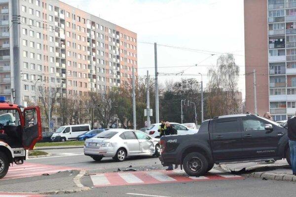 Obe autá sú rozmlátené, v škodovke vystrelili airbagy.