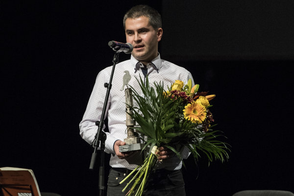 Štefan Straka ml. pri preberaní ocenenia Biela vrana.