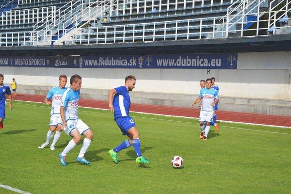 Dubnica (v modrom) s Lokomotívou získala spolu štyri body.