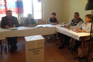 Volebná komisia v jednom z novozámockých okrskov.